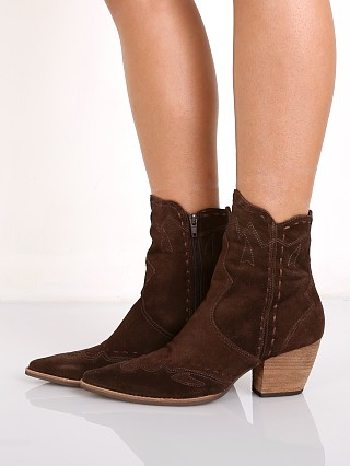 Model in chocolate Matisse Parker Boot