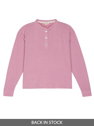 Model in rose DONNI. Sweater Henley