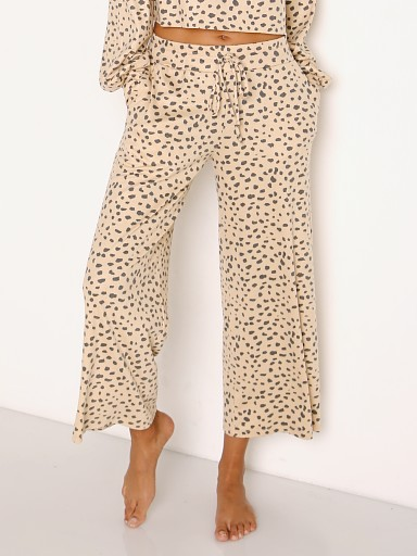 Model in taupe spot Beach Riot Hailey Pant