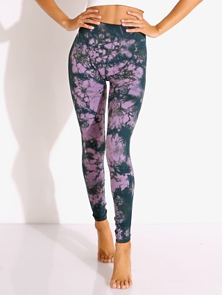 Model in amethyst sierra NUX Awakened Legging CD