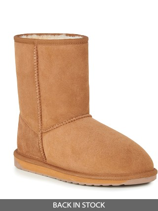 Model in chestnut EMU Australia Stinger Lo Waterproof Boot
