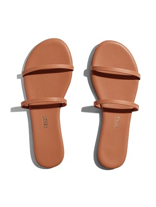 Model in au naturale Tkees Gemma Sandal