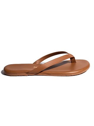Model in au naturale Tkees Boyfriend Sandal