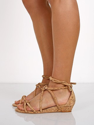 Model in natural Schutz Margarete Sandals