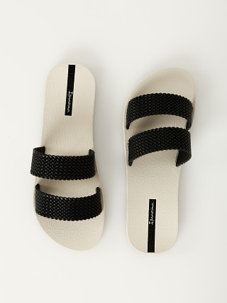 Model in beige + black Ipanema City Sandal