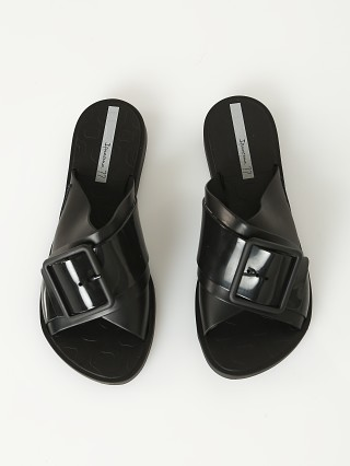 Model in black Ipanema Free Sandal