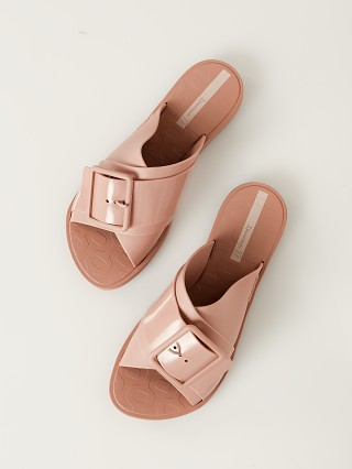 Model in pink nude Ipanema Free Sandal