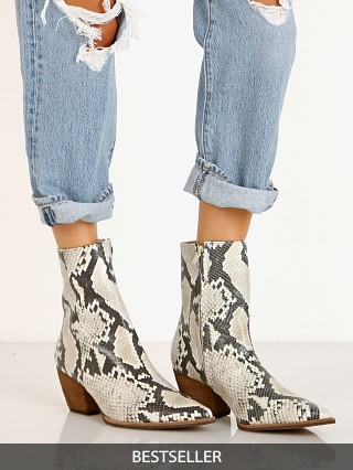 Model in natural snake Matisse Caty Boot