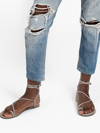Model in fossil Tkees Jo Leather Sandal