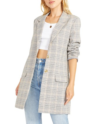 Model in multi BB Dakota Plaid Behavior
