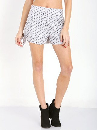 Model in natural Free People Printed Sheilas Short