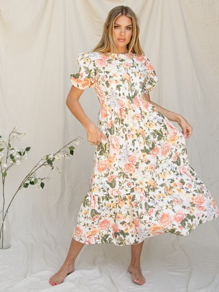 Model in teatro floral Faithfull the Brand Il Riso Midi Dress