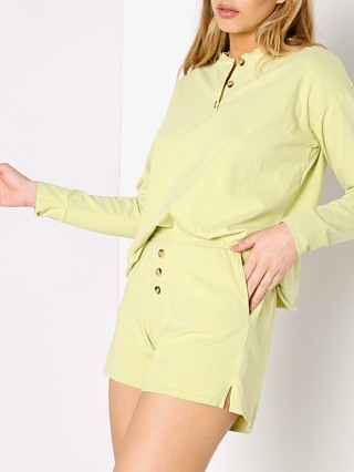 Model in lime DONNI. Henley Short
